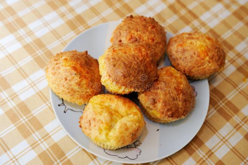 serowi wyśmienicie domowej roboty muffins fotografia royalty free