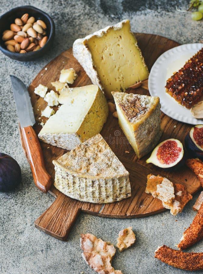 Serowy asortyment, figi, miód, świeży chleb i dokrętki, obrazy royalty free