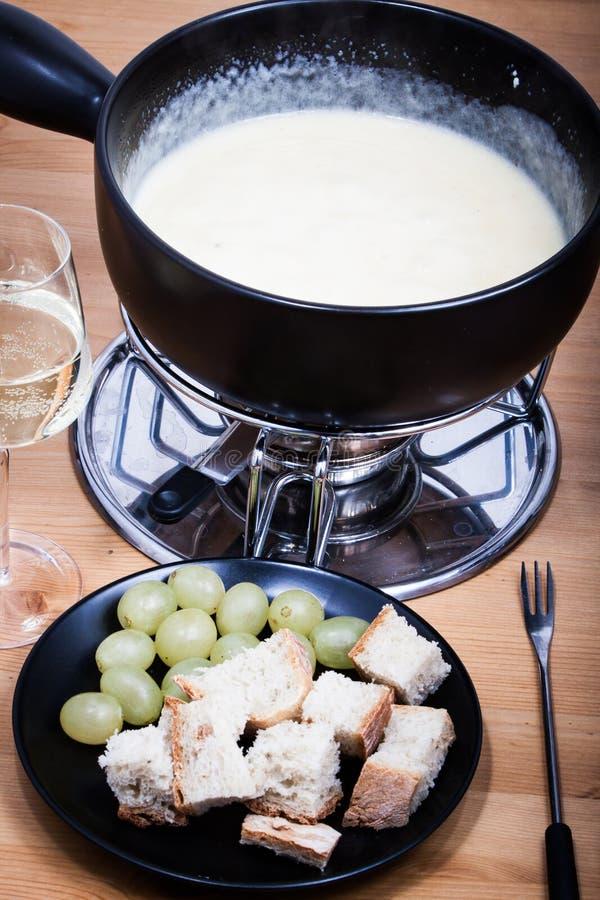 Serowy fondue z chlebowym winem i winogronami zdjęcia royalty free