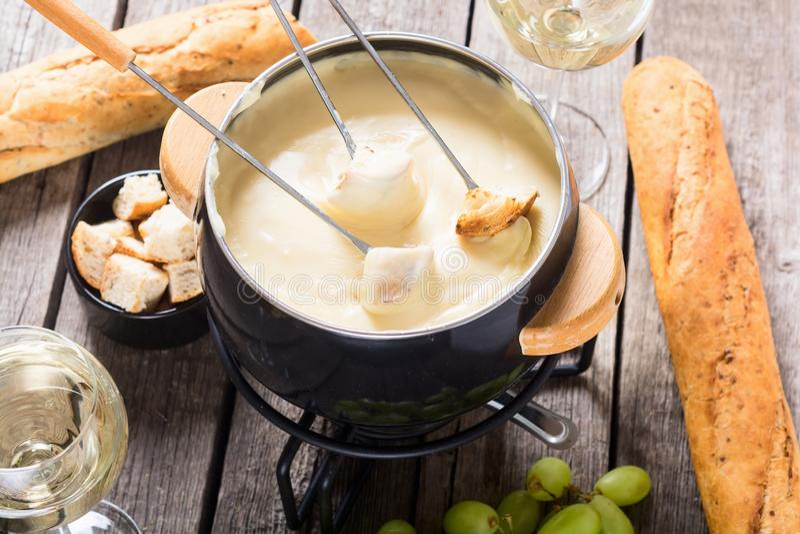 Serowy fondue z chlebowym winem i winogronem obrazy stock