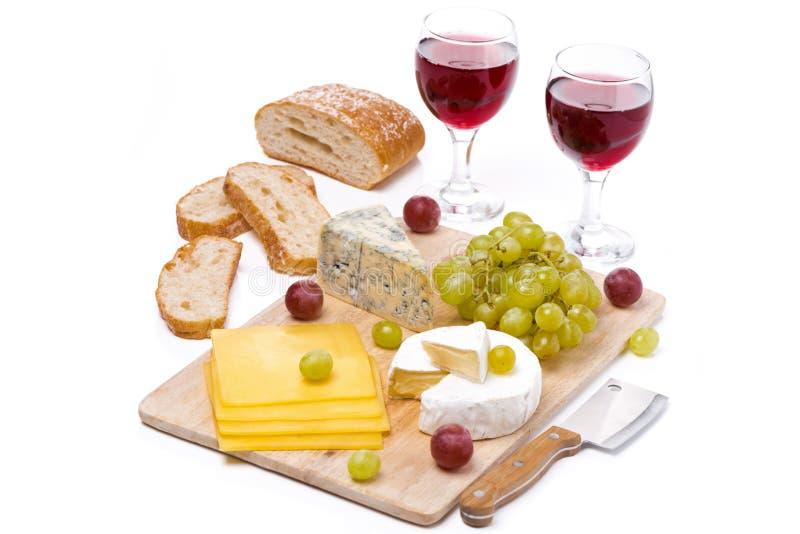 Serowy półmisek, winogrona, chleb i dwa szkła czerwone wino, fotografia royalty free