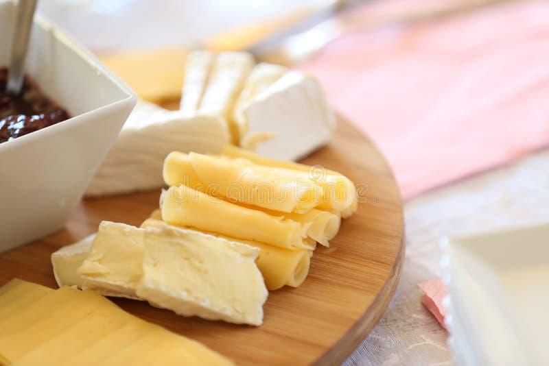 serowy półmisek z czereśniowymi prezerwami, winogronami i różnorodnymi serami, obraz stock