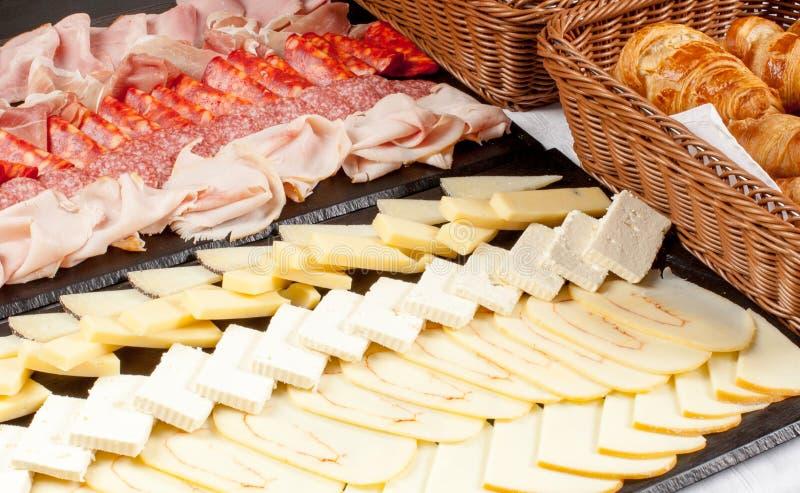 Serowy talerz asorted z croissants i śniadaniowym mięsem zdjęcie stock