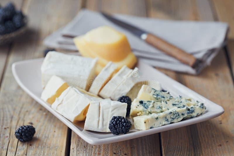 Serowy talerz Asortyment ser z jagodami fotografia stock