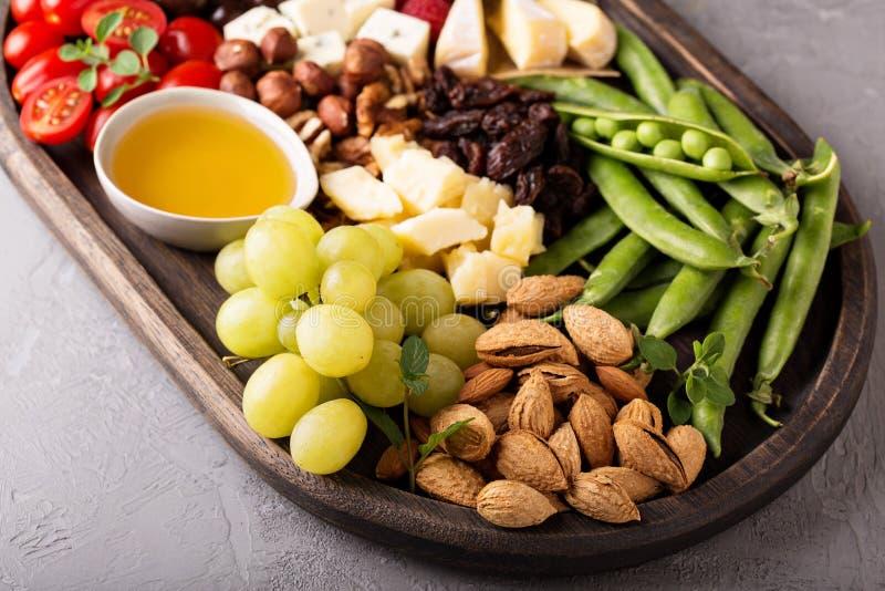 Serowy talerz z świeżymi warzywami i owoc obrazy stock