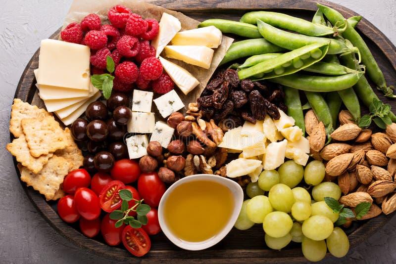 Serowy talerz z świeżymi warzywami i owoc zdjęcie royalty free