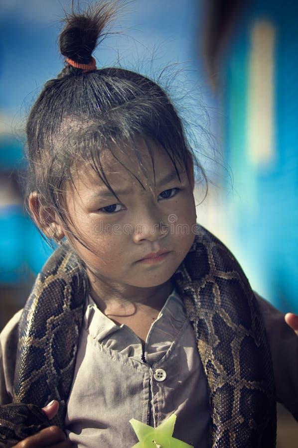 serpent de pauvres d'enfants du Cambodge photos stock