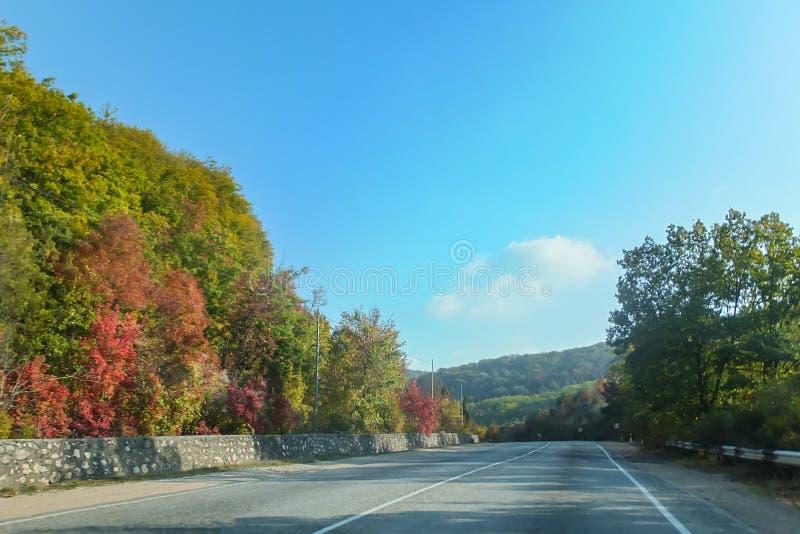 Serpentina bonita da estrada da montanha entre cidades de Crimeia com dois carros Costa sul de Crimeia imagem de stock