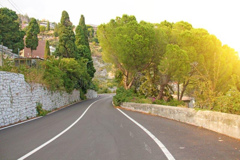 A serpentina da estrada Estrada de enrolamento da montanha na cidade de Taormi foto de stock royalty free