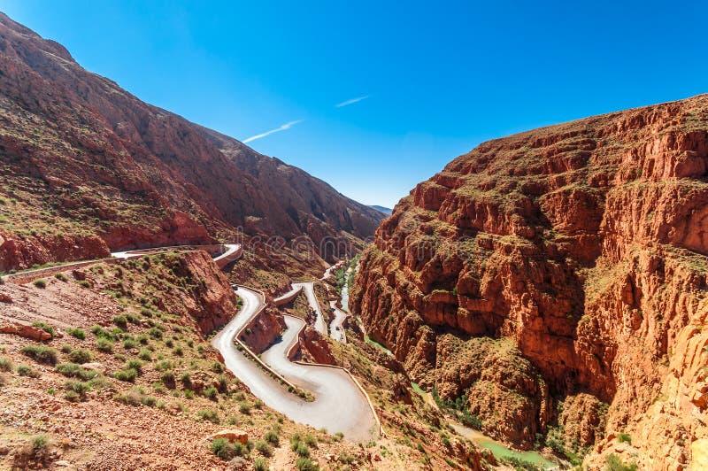 Serpentina do estreito pelo desfiladeiro de Dades em Morcco fotografia de stock royalty free