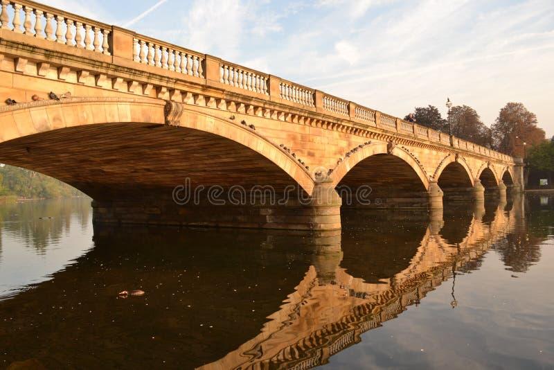 Serpentine Bridge Hyde Park London lizenzfreie stockfotos