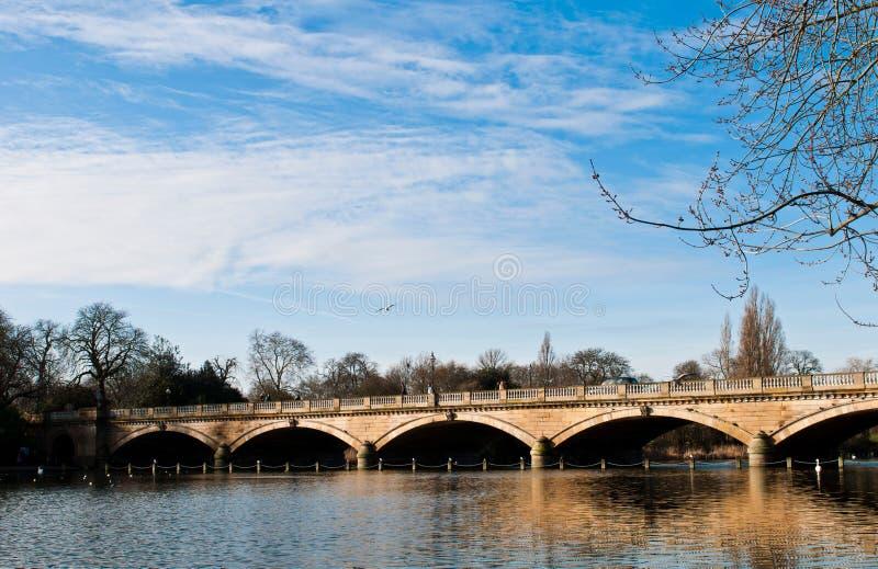 Serpentine Bridge und See lizenzfreie stockbilder