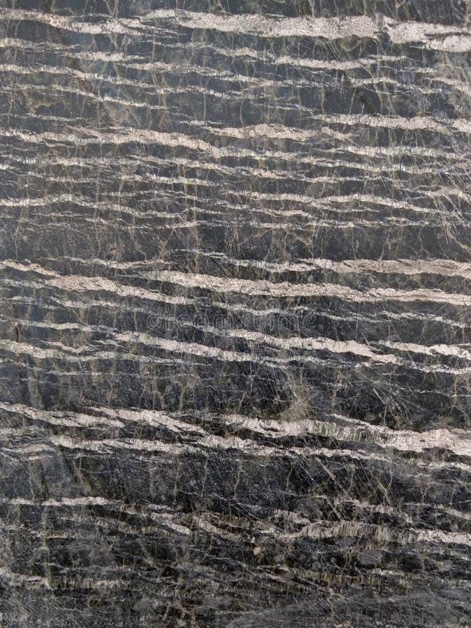 Serpentine en pierre polie avec des filets de chrysotile d'amiante Gris-foncé avec les rayures légères photos libres de droits