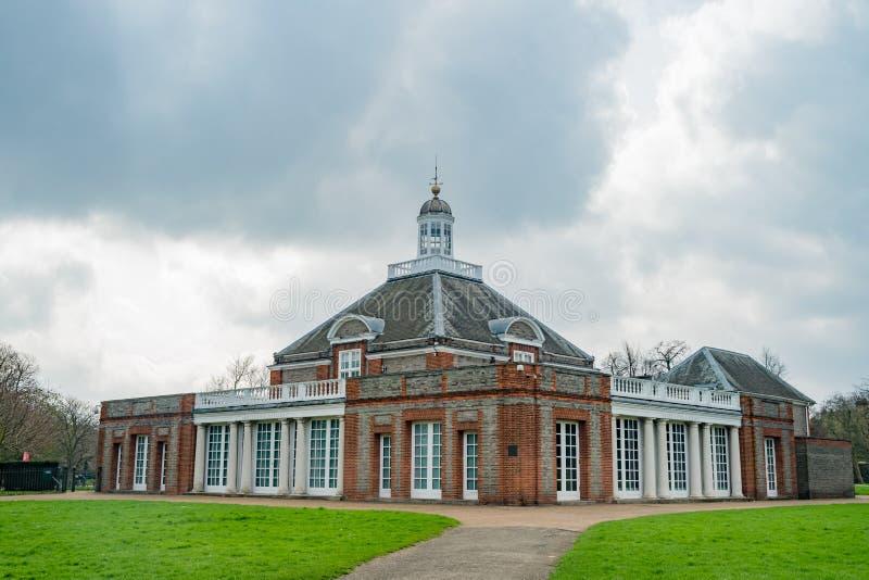 Serpentine Gallery i Hyde Park royaltyfria foton