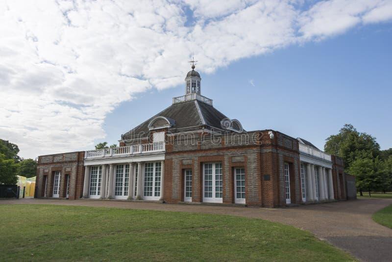 Serpentine Gallery på Kensington trädgårdar arkivbilder