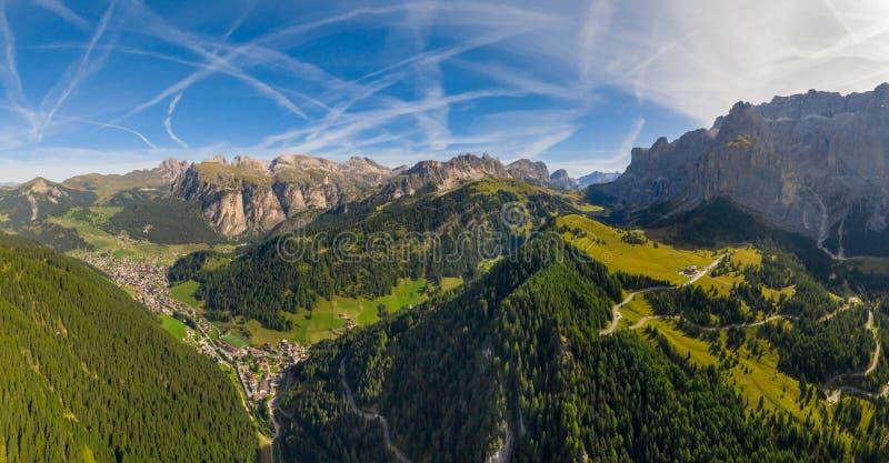 Serpentine in het Italiaanse Alpengebergte Gardena pass royalty-vrije stock foto's