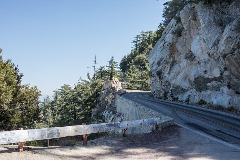 Serpentine spectaculaire de la route rocheuse sur la montagne Wilson, San Gabriel Mountains, la Californie photographie stock libre de droits