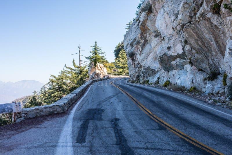 Serpentine spectaculaire de la route rocheuse sur la montagne Wilson, San Gabriel Mountains, la Californie image stock