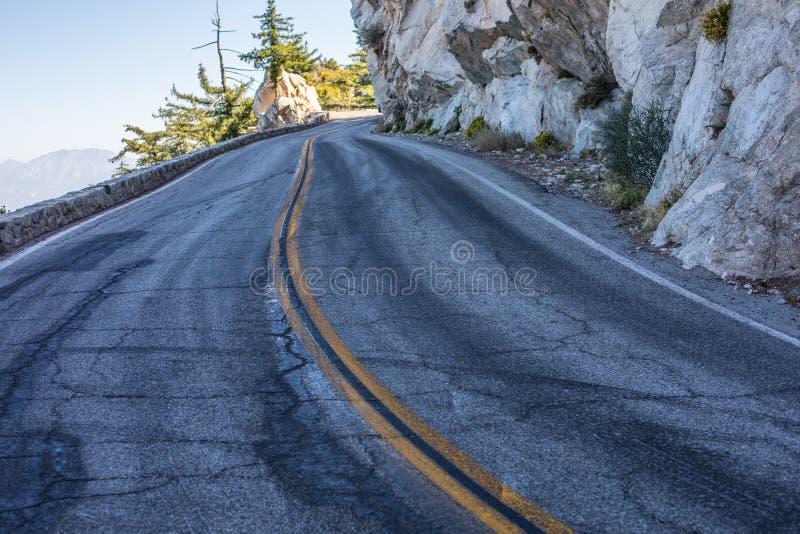 Serpentine spectaculaire de la route rocheuse sur la montagne Wilson, San Gabriel Mountains, la Californie images libres de droits