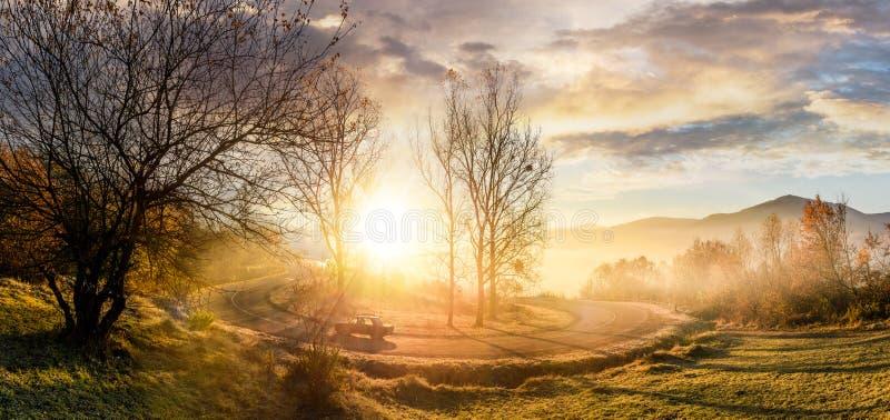 Serpentinenrücklauf auf nebeligem Sonnenaufgang stockfotografie