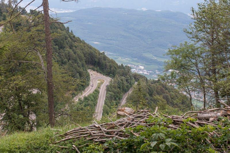 Serpentinväg till bergsMendel royaltyfri foto