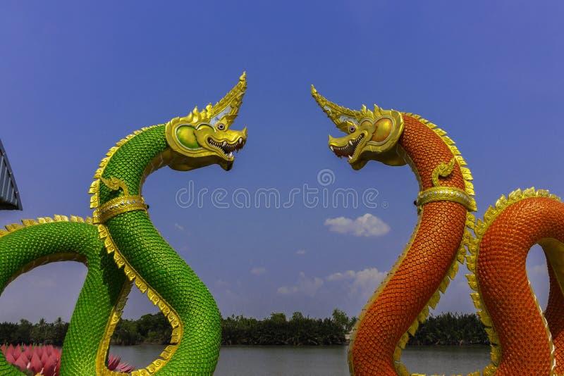 Serpentkoning of koning van nagastandbeeld in Thaise tempel op blauwe hemelachtergrond royalty-vrije stock foto's