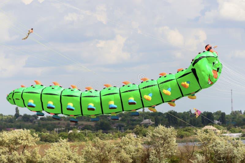 Serpents de vol dans le ciel nuageux image stock