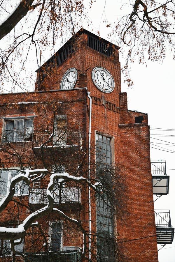 Serpukhov, región de Moscú, Rusia El edificio con un reloj en el centro histórico de la ciudad en el cuadrado de Lenin foto de archivo libre de regalías