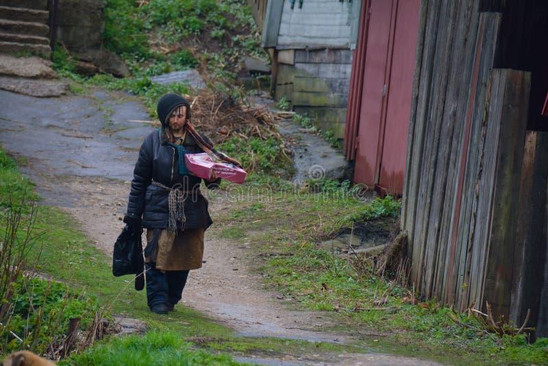 SERPUKHOV/RUSSIAN FEDERATIE - 03 MEI 2015: het dakloze lopen royalty-vrije stock afbeelding