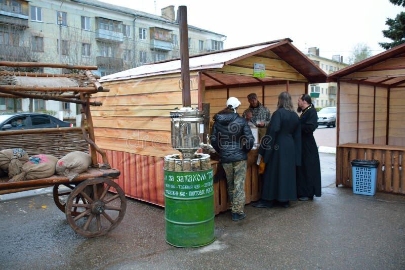 SERPUKHOV/RUSSIAN FEDERATIE - 03 MEI 2015: mensen die honing kopen stock afbeeldingen