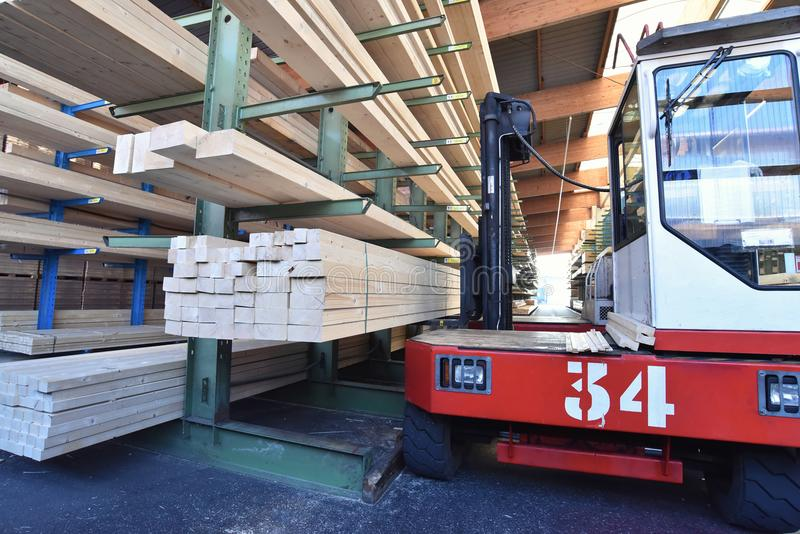 Serração da planta industrial - armazenamento de placas de madeira fotos de stock royalty free