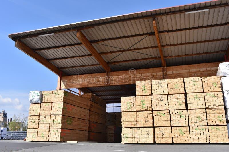 Serração da planta industrial - armazenamento de placas de madeira imagens de stock royalty free