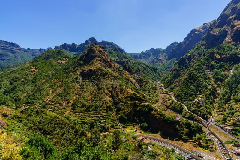 Serra de Agua 与小村庄的山风景 马德拉岛海岛,葡萄牙三 免版税库存照片