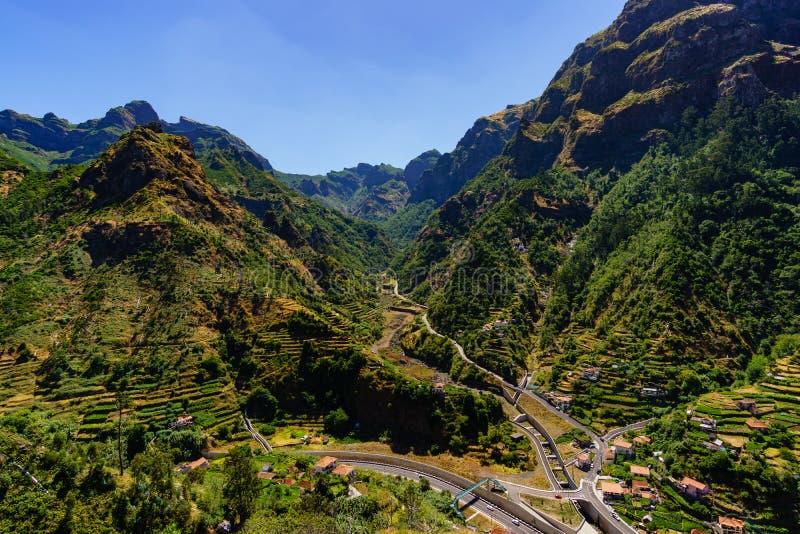 Serra de Agua 与小村庄的山风景 马德拉岛海岛,葡萄牙两 库存图片