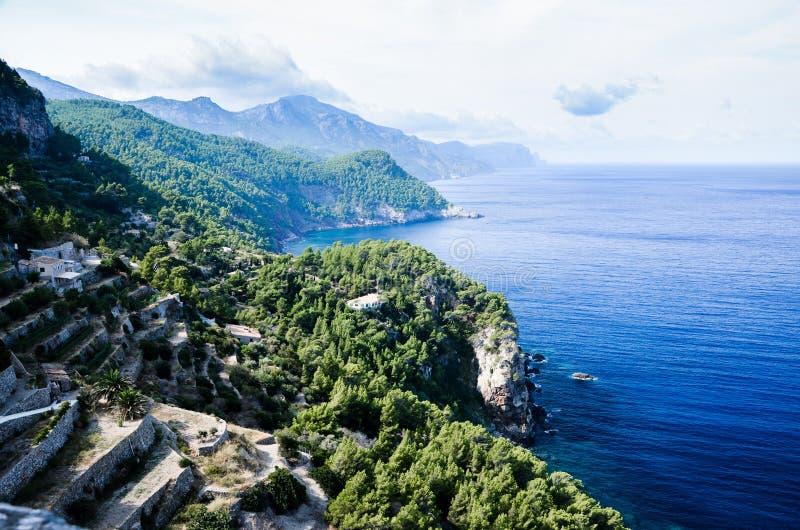 Serra de Tramuntana havskust i Majorca, Spanien, Europa, i en härlig sommardag royaltyfri foto