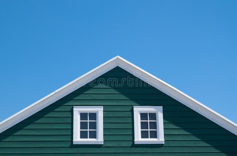 Serra e tetto bianco con cielo blu immagine stock