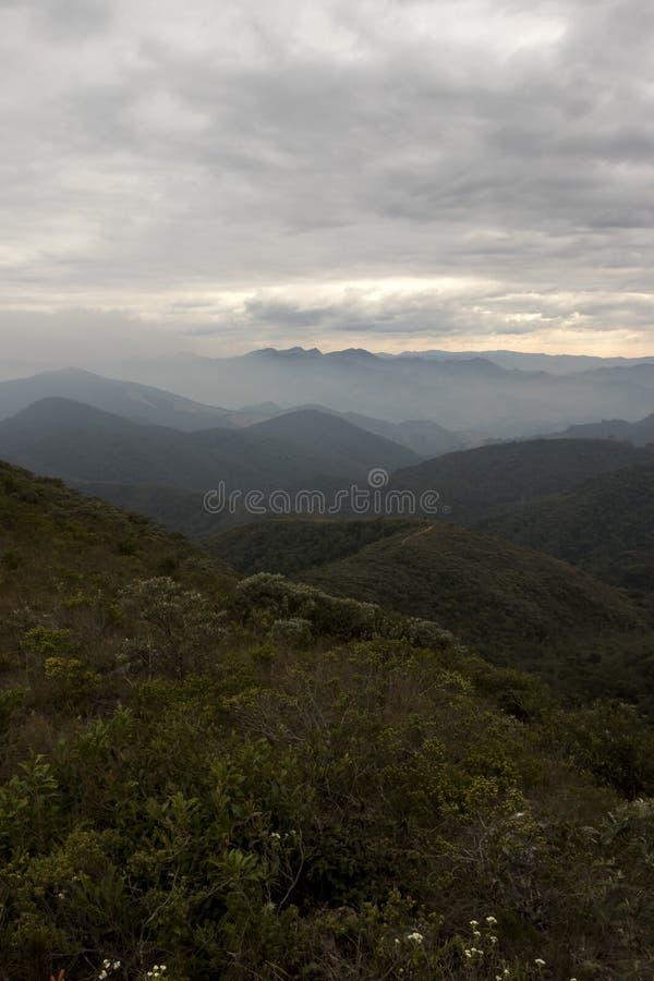 Serra finabergskedja med moln i vintern av den minas geraisBrasilien lodlinjen royaltyfri foto