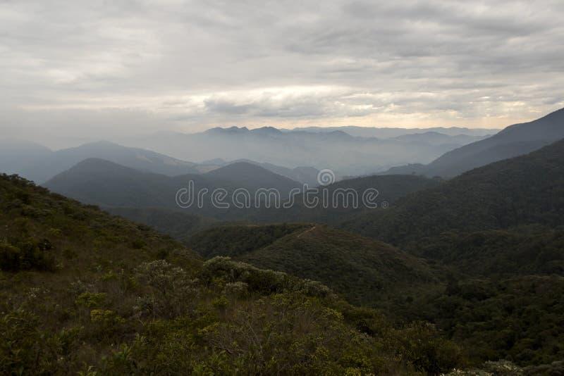 Serra finabergskedja med moln i vintern av minas gerais horisontalBrasilien arkivfoto