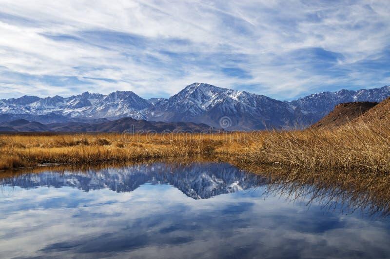 Serra reflexão das montanhas fotografia de stock royalty free