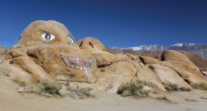 Serra solitária Nevada California do pinho de Brenda Painted Rock Alabama Hills imagem de stock
