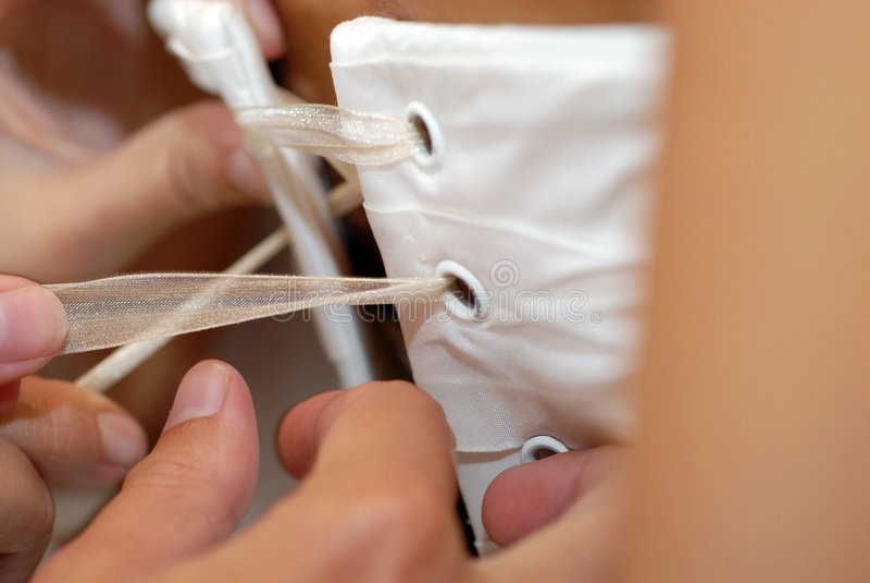 Serrage d'un corset photo stock