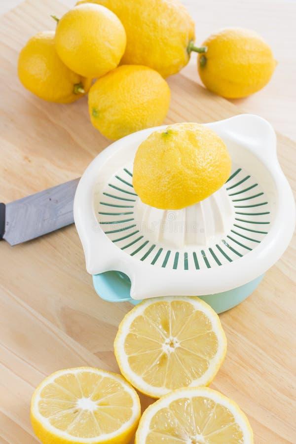 Serrage des citrons images stock