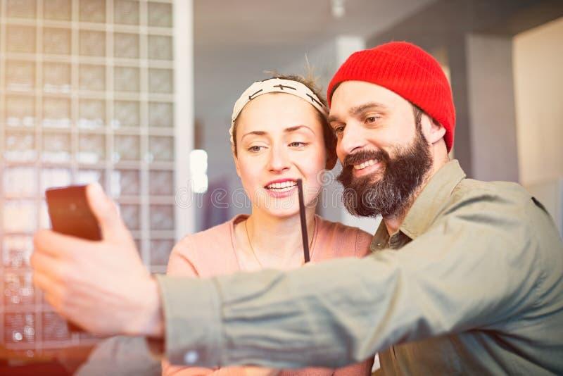 Serrage des moments lumineux Beaux jeunes couples affectueux collant entre eux et faisant le selfie tout en se reposant sur image stock