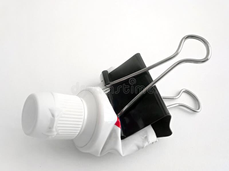 Serrage du tube de pâte dentifrice images libres de droits