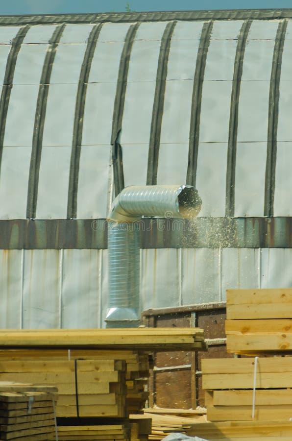 A serragem que voa para fora o tubo do respiradouro no recipiente para o coll fotos de stock royalty free