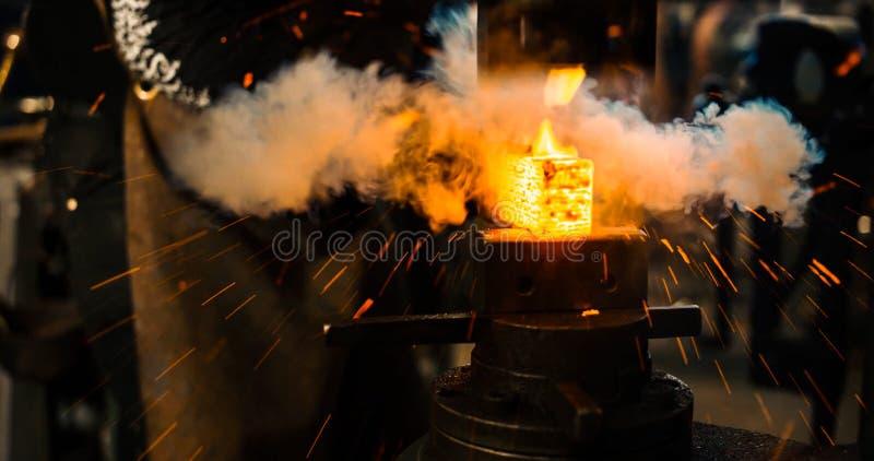 Serralheiro que trabalha o ferro quente imagem de stock