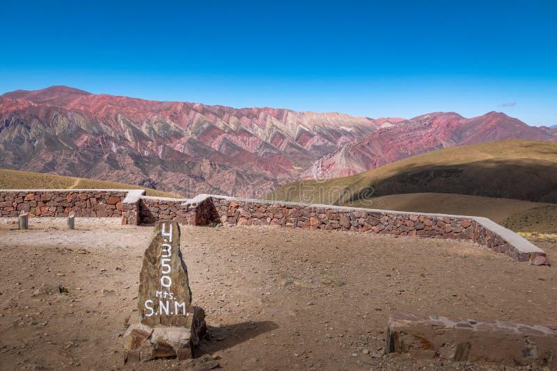 Serrania de Hornocal, les quatorze couleurs colline et altitude signent chez Quebrada de Humahuaca - Humahuaca, Jujuy, Argentine photo stock