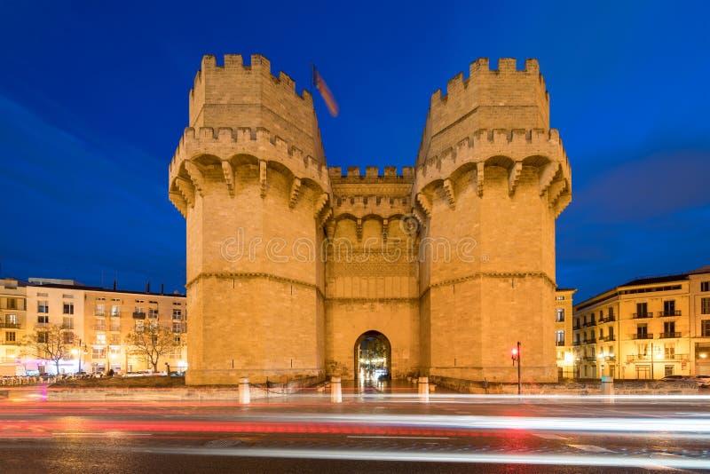 Serrano возвышается старый строб в Валенсии на nighttime, Испания города, e стоковое фото rf