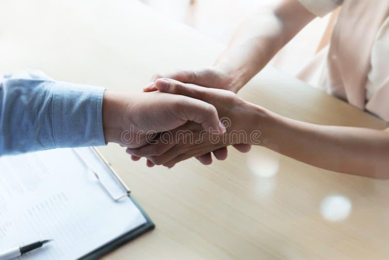 Serrants la main patients au docteur en tant que vous remercient geste images stock