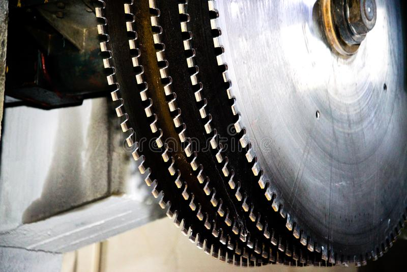 Serras circulares industriais em uma pedra Close-up imagens de stock